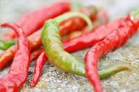 Hete rode en groene pepers