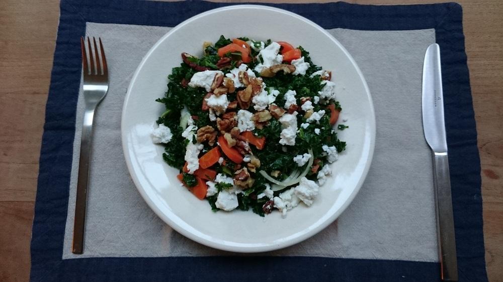 Boerenkoolsalade met wortel, spekreepjes en geitenkaas