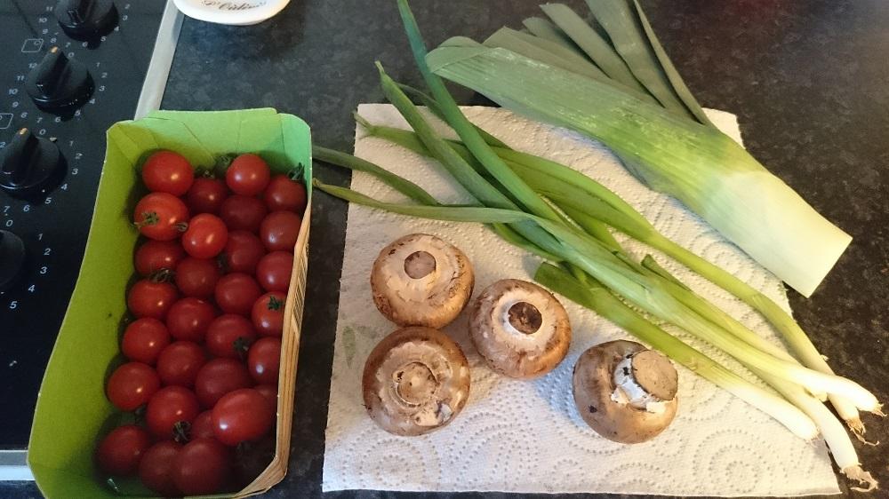 Groentes voor quiche met prei champignons lenteui tomaatjes