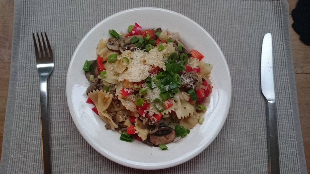 Macaroni met gehakt en groentes en een blank sausje normaal