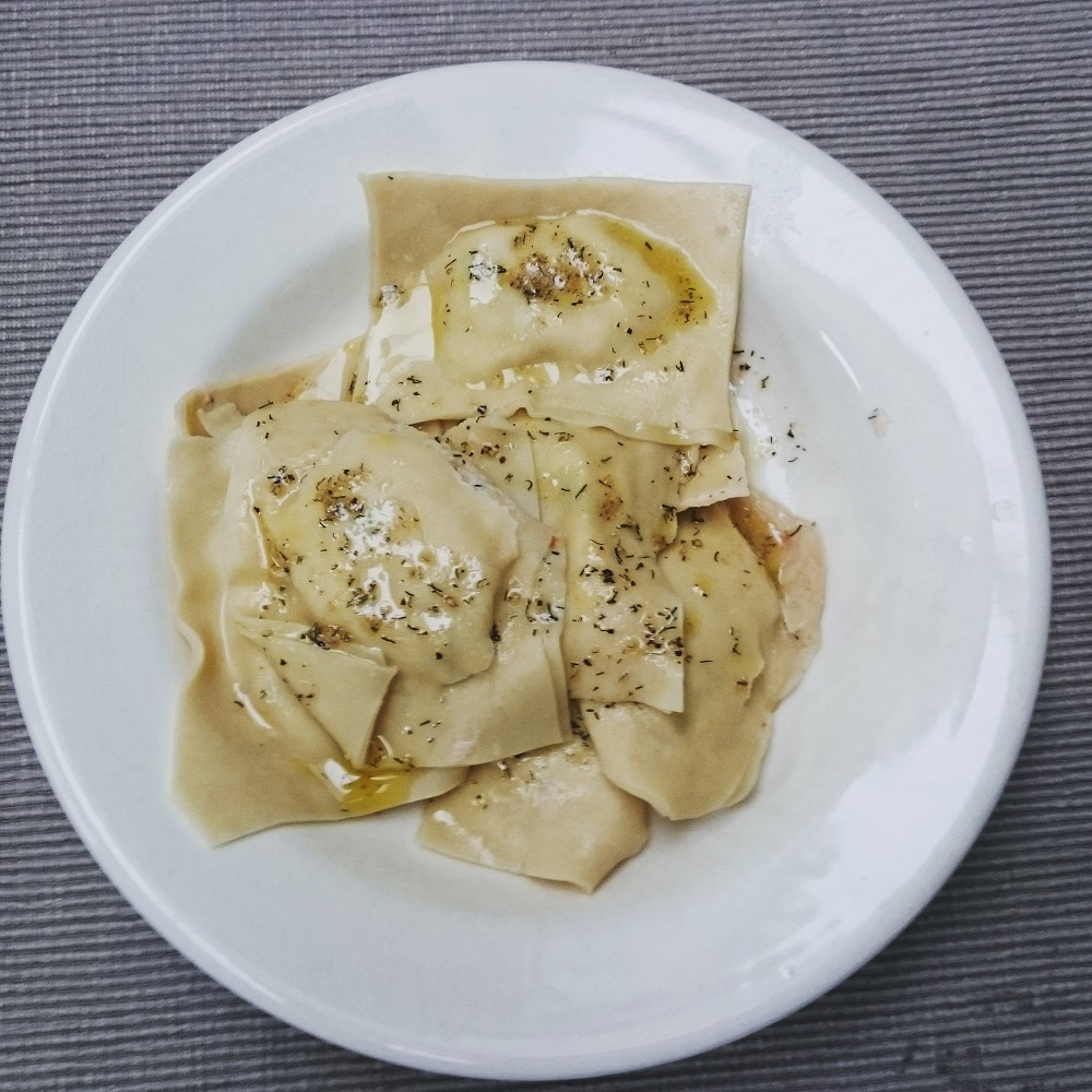 Ravioli met een zalm-ricottavulling en botersausje