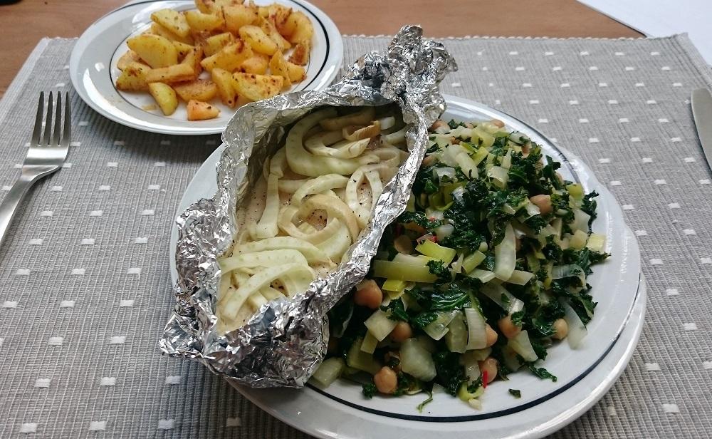 Pangagius visfilet pakketje met venkel uit de oven met boerenkool, venkel, prei en aardappeltjes