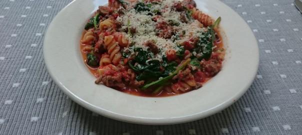 Pasta met geroosterde paprika, gehakt, spinazie, geitenkaas