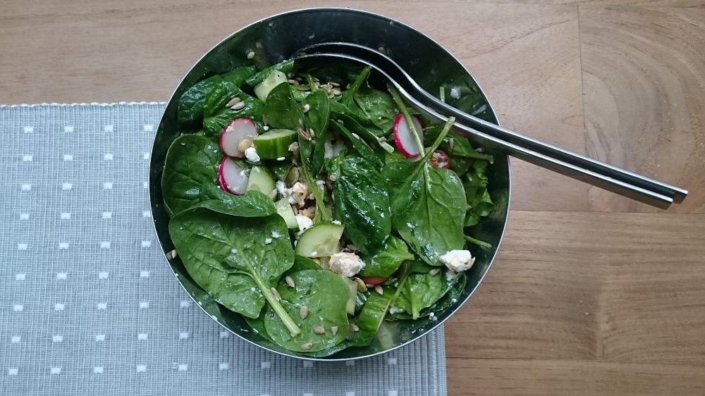 sSalade van spinazie met geitenkaas, tomaatjes, komkommer en radijs