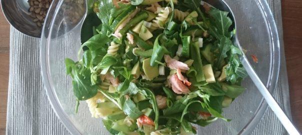 Maaltijdsalade met o.a. avocado, zalmsnippers, komkommer, ruciola, veldsla en paprika