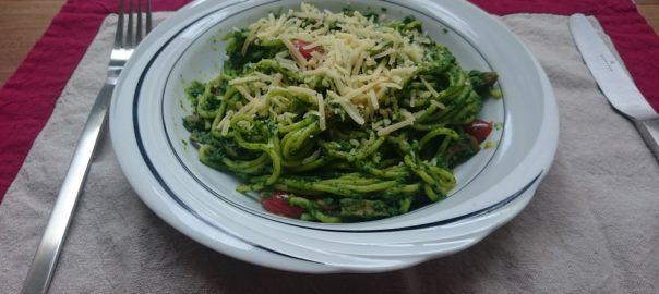Romige spaghetti met avocado, spinazie en geroosterde tomaatjes