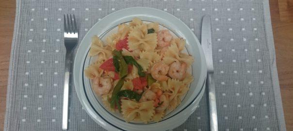 Snelle pasta met garnalen, tomaten en groentes
