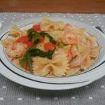 Pasta met garnalen, tomaten en paprika, gekruid met knoflook en oregano