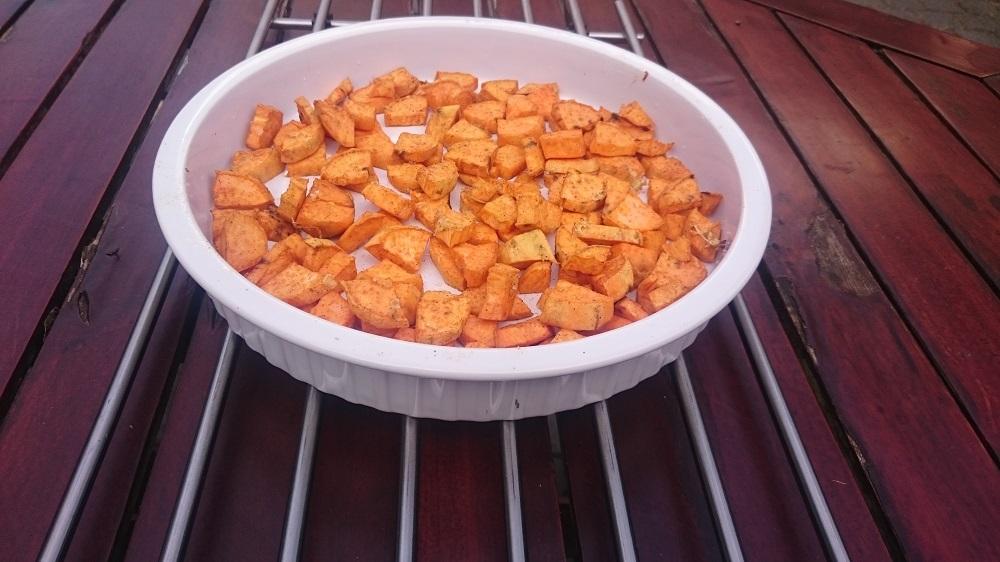 Zoete aardappel uit de oven in ovenschaal op rekje