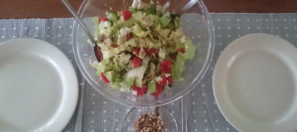 Maaltijdsalade met kalkoenfilet tomaatjes komkommer en honingmosterddressing