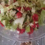 Maaltijdsalade met kalkoenfilet, cherrytomaatjes, komkommer en avocado