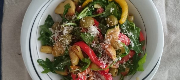 Spaanse salade met rucola, chorizo, aardappel, paprika en courgette