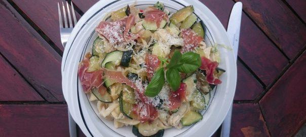 Verse pasta met courgette, ricotta, basilicum, ui en serranoham