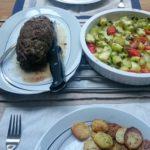 Runderrollade met groentes uit de oven en gebakken aardappeltjes