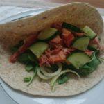 Snelle wrap met avocado, zalm en o.a. komkommer