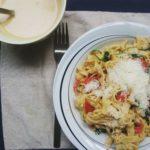 Pasta met spekjes, spinazie, cherrytomaatjes en een friszuur sausje