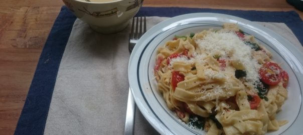 Pasta met spinazie, spekjes en geroosterde tomaatjes