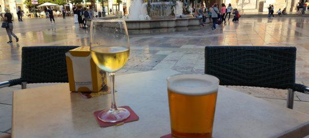 Een glaasje wijn en biertje op een terras in Valencia