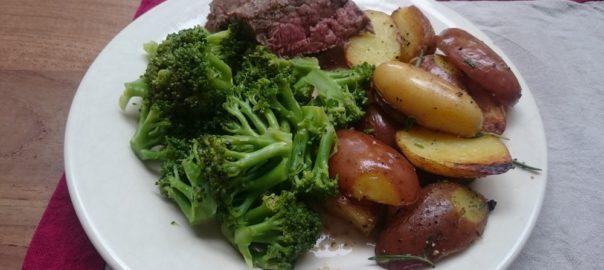 Rosbief met geroerbakte broccoli in bouillon met rozemarijn-aardappelpartjes