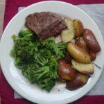 Rosbief met aardappelpartjes (rozemarijn) en gesauteerde broccoli in bouillon en cayennepeper