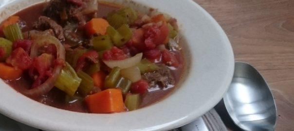 Stoofpotje met ui, wortel, selderij, tomaten, witte wijn en bouillon, rozemarijn, laurier en kaneel