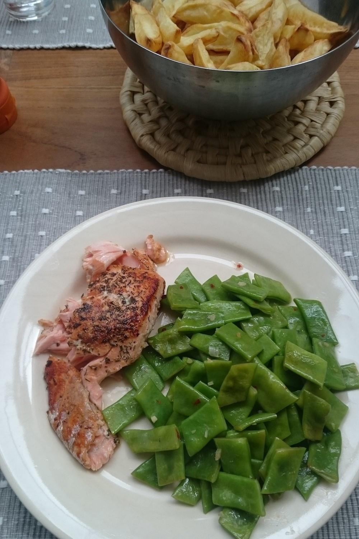 Zalmfilet met gestoomde en geroerbakte snijbonen en aardappeltjes uit de airfryer of oven