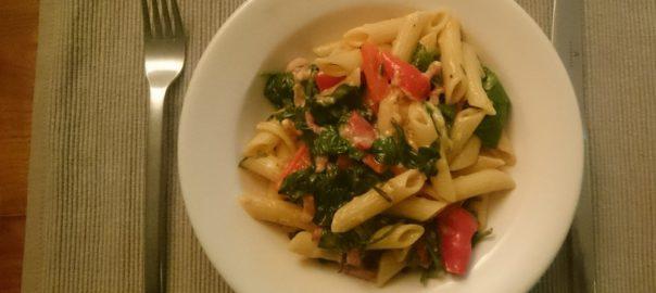 Snelle pasta met spinazie, spekjes, puntpaprika, knoflook, rozemarijn en basilicum