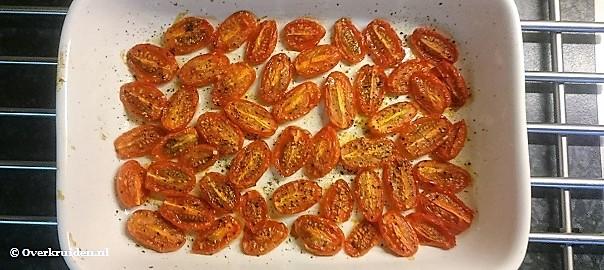 Geroosterde tomaatjes uit de oven die klaar zijn
