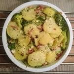 Ovenschotel met broccoli, aardappel, lente-ui, gebakken spekjes en een sausje