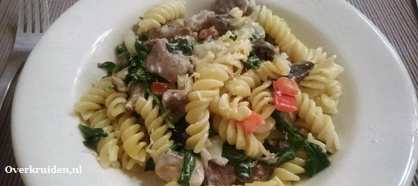 Pasta met een romige Gorgonzola saus, spinazie, knoflook en champignons