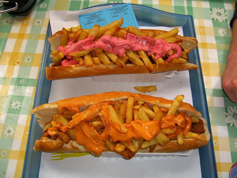 Mitraillette, de Belgische variant van de Franse sandwich américain.