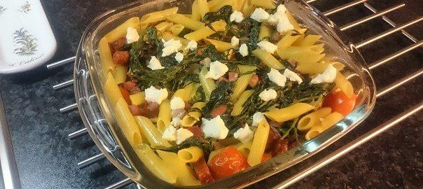 Pasta ovenschotel met spinazie, tomaatjes, citroenbasilicum, rode peper en knoflook