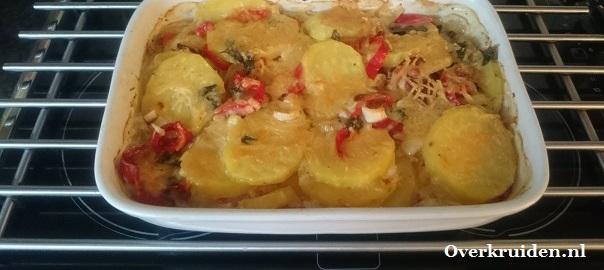 Aardappelgratin met spekjes, zoete puntpaprika en prei