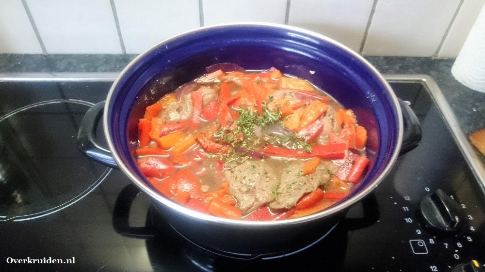 Stoofvlees in de pan met geroosterde paprika