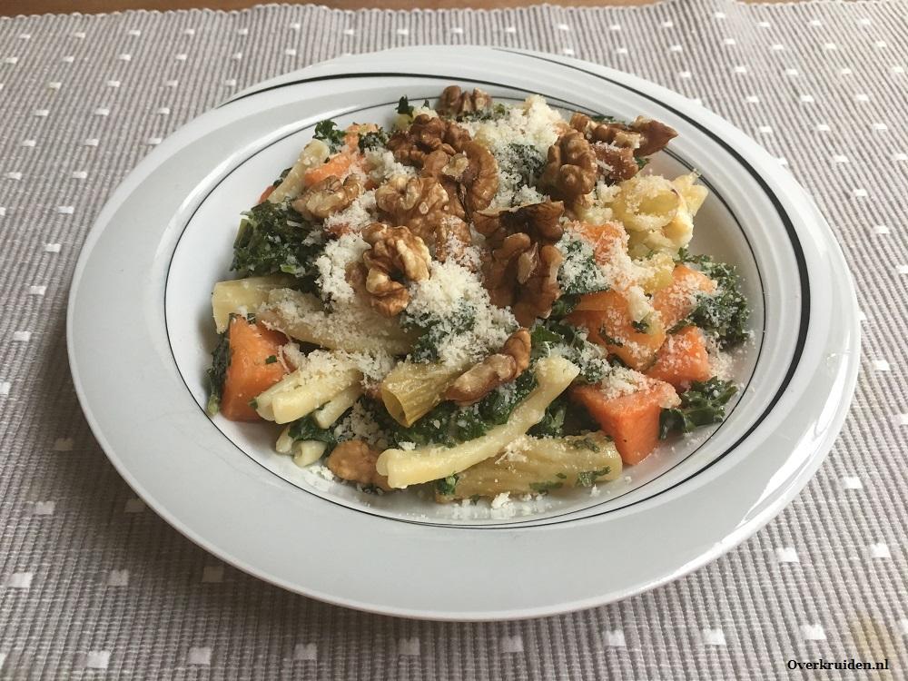 Vegetarische pasta met pompoen, boerenkool, geitenkaas en walnoot