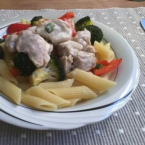 Penne met kipdijfilet in een creme fraiche sausje en geroosterde broccoli en paprika uit de oven