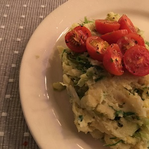 Stamppot peterseliewortel, aardappel, andijvie, geroosterde tomaatjes en pecannoten