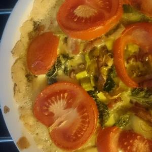 Quiche met prei, tomaat en spekjes en crème fraîche