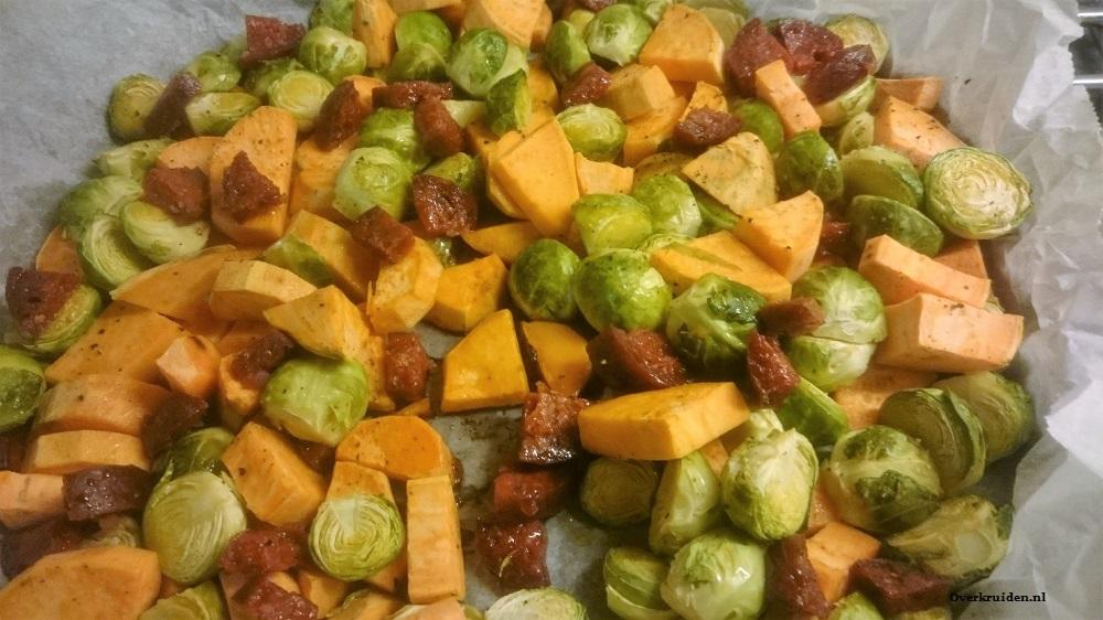Spruitjes, zoete aardappel en chorizo uit de oven