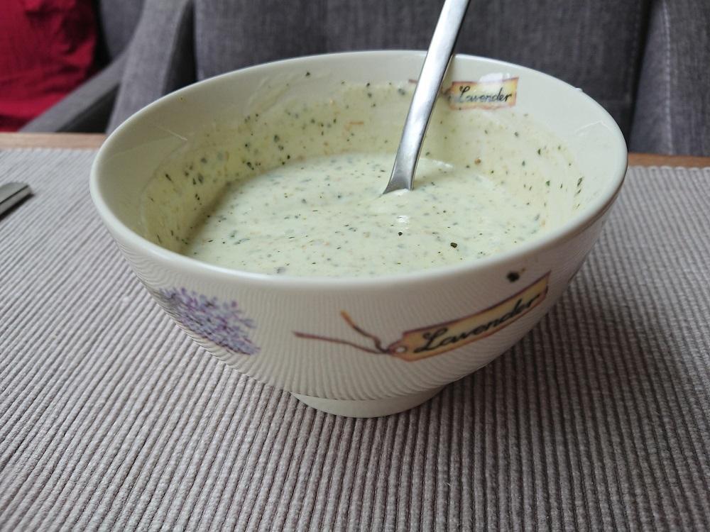 Pesto-yoghurtsausje klaar om te serveren.